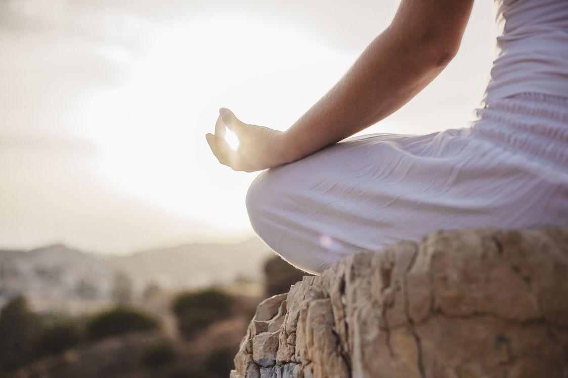 meditación mujer meditando en piedra