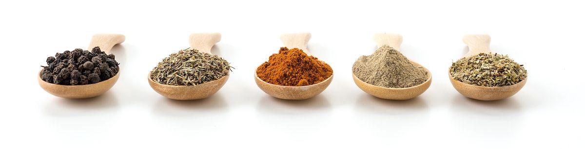 especias y hierbas para cocinar verduras