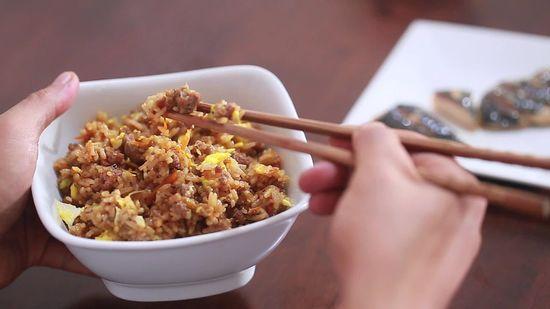 comer despacio con palillos chinos