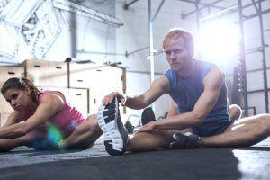 mujer y hombre estirándose para flexbilidad