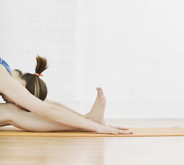 mujer estirándose con flexibilidad