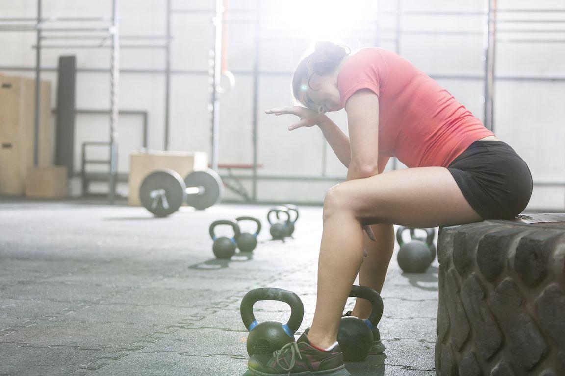 mujer sin motivación para hacer ejercicio y entrenar
